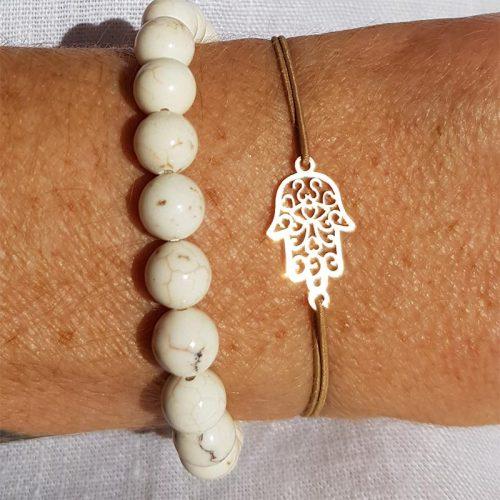 Stretcharmband SURYA aus Howlith Perlen mit Hamsa Hand