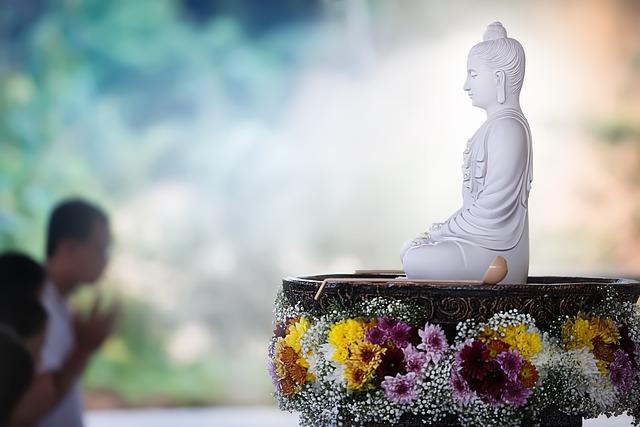 weisser Buddha sitzend